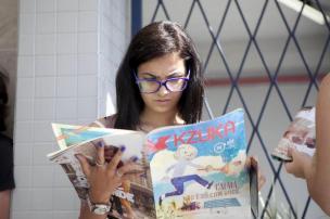 Entrega de revistas na saída do João Paulo I Norte