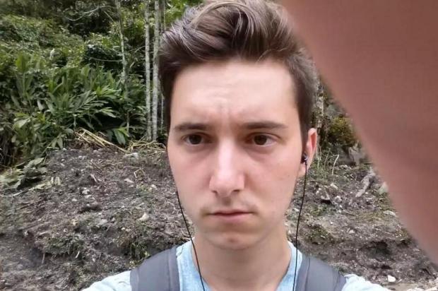 Vídeo: garoto toma susto ao tentar tirar selfie próximo a trem Reprodução/YouTube