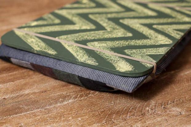 DIY: passo a passo de uma bandeja estofada para notebook Reprodução/Casa de Colorir