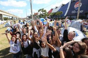 Fãs aguardam por Demi Lovato em Porto Alegre