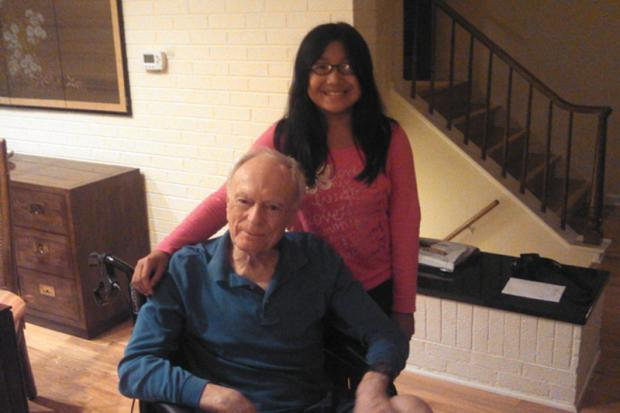 Menina cria copo inquebrável para ajudar avô com Mal de Parkinson Reprodução/Kickstarter