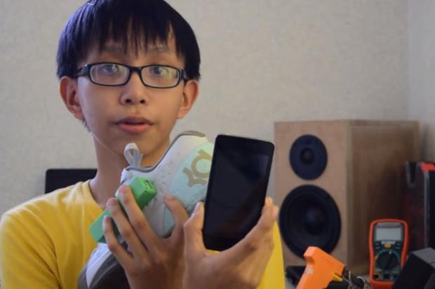 Garoto de 15 anos cria tênis que carrega celular Reprodução/YouTube