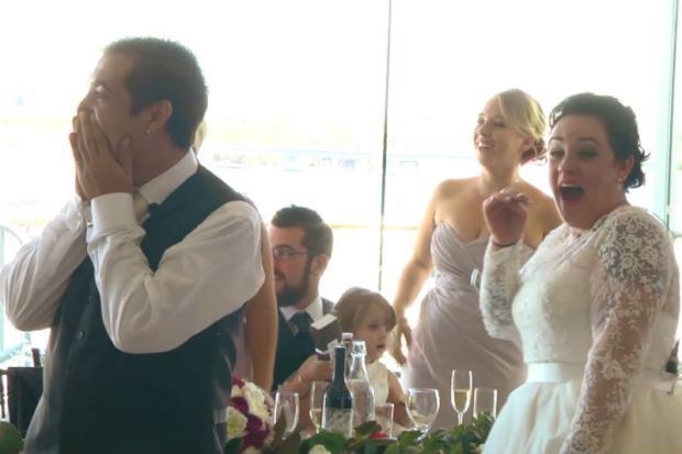 Ed Sheeran invade festa de casamento e faz apresentação surpresa Reprodução/Youtube